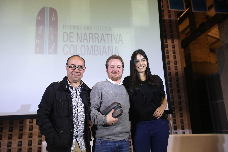 Por ser ganador, Juan Esteban Constaín recibe un diploma, una escultura del escultor colombiano Hugo Zapata y la suma de 40 millones de pesos.
